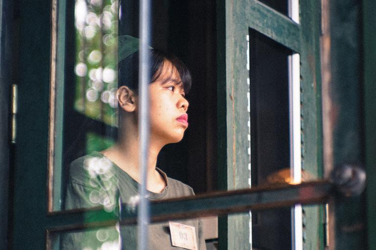 žena stojaca vo dverách