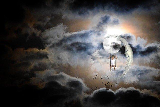 Ilustrácia dieťaťa, ktoré sedí na mesiaci medzi oblakmi, v noci.jpg