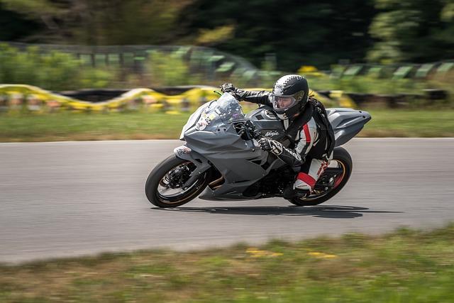 Motocyklistka, športová jazda