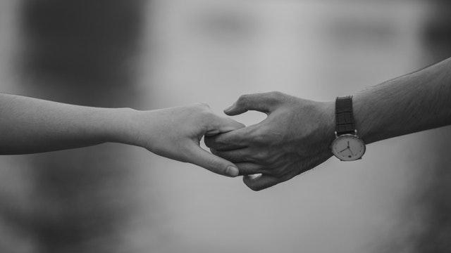 Muž a žena sa držia za ruky.jpg