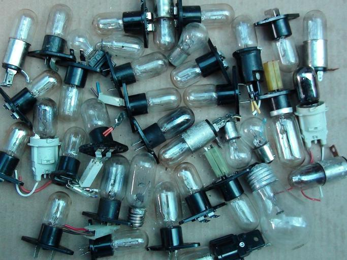 Veľa kusov použitých žiaroviek.jpg