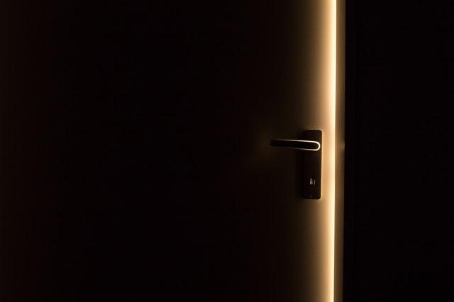 pootvorené dvere.jpg